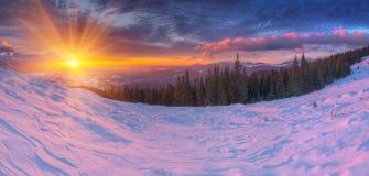 Alba variopinta stupefacente in montagne con le nuvole colorate ed in neve rosa su priorità alta Scena drammatica di inverno con  Immagine Stock