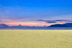 Alba variopinta sulla spiaggia con giallo sabbia fotografie stock libere da diritti