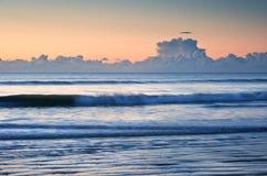 Alba vibrante della bella spiaggia di marea bassa Immagini Stock Libere da Diritti