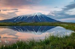Alba vulcanica con la riflessione d'ardore fuori da uno stagno vicino al vulcano attivo di Tolbachik immagine stock