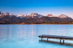 Alba y salida del sol en el lago Hopfensee foto de archivo