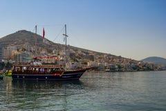 albacoren Saranda - Juli 16, 2018 Skepp i stadsporten på en solig dag arkivfoton