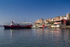 albacoren Saranda - Juli 16, 2018 Skepp i stadsporten på en solig dag arkivfoto