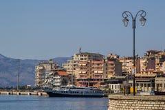 albacoren Saranda - Juli 16, 2018 Stadsport på en solig dag arkivfoton