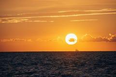 albacoren Seascape med härlig solnedgång arkivbild