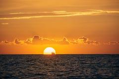 albacoren Seascape med härlig solnedgång arkivfoto
