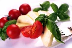 Albahaca de los tomates de cereza de la mozzarella imagen de archivo