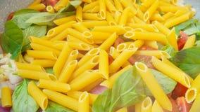 Albahaca del tomate de las pastas en cacerola fotos de archivo