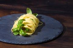 Albahaca deliciosa envuelta en pastas de los espaguetis Fotografía de archivo