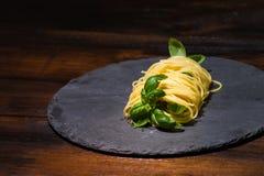 Albahaca deliciosa envuelta en pastas de los espaguetis Imagen de archivo