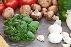 Albahaca e ingredientes frescos para la salsa de espagueti Imagenes de archivo