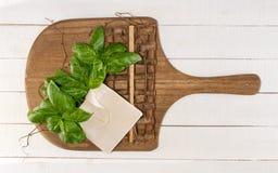 Albahaca fresca en el tablero de madera Fotografía de archivo libre de regalías