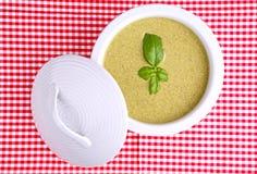 _albahaca poner crema sopa Imágenes de archivo libres de regalías