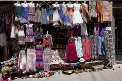 Albaicin Granada, shoppar med orientaliska kläder och varor royaltyfri bild