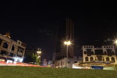 Albalad historiskt ställe Jeddah Saudiarabien på natten Balad som shoppar areaMay 12, 2018 Saudiarabien Arkivfoton