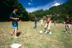 Albanese en Servische kinderen die, Kosovo spelen. Royalty-vrije Stock Fotografie