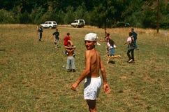 Albanese en Servische kinderen die, Kosovo spelen. Stock Foto's