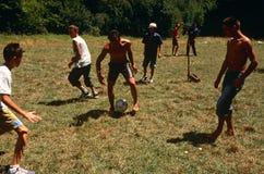 Albanese en Servische kinderen die, Kosovo spelen. Stock Fotografie