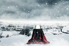 Albanese hoed die op Albanese vlag voor sneeuwlandschap leggen Stock Foto's
