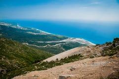 2016, Albanië, het Nationale Park van Llogara, Llogara-Pas Vloreprovincie, mening aan de baai en strand royalty-vrije stock foto's