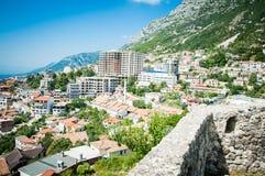 2016, Albanië, Kruja Mooie mening aan de stad en moutains Blauwe hemel en groen landschap met rode daken van de stad Stock Afbeelding