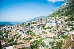 2016, Albanië, Kruja Mooie mening aan de stad en moutains Blauwe hemel en groen landschap met rode daken van de stad Royalty-vrije Stock Afbeelding