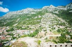 2016, Albanië, Kruja Mooie mening aan de stad en moutains Blauwe hemel en groen landschap met rode daken van de stad Royalty-vrije Stock Afbeeldingen