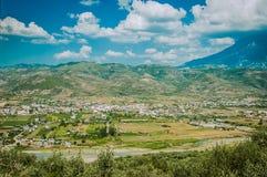 2016 Albania Berat miasto tysiąc okno, piękny widok miasteczko na wzgórzu między mnóstwo drzewami i niebieskie niebo -, Fotografia Stock