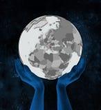 Albania na kuli ziemskiej w rękach ilustracja wektor