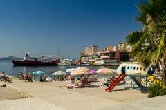 albania Saranda - 16 de julio de 2018 Los turistas están descansando sobre la playa del mar jónico fotos de archivo libres de regalías