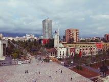 albania tirana Maj 2018: Panoramautsikt av det nyligen renocated centret Skanderbeg för fyrkantig huvudstad Arkivbild