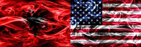 Albania vs Stany Zjednoczone Ameryka, amerykanina dymu flaga umieszczająca strona strona - obok - Gęste barwione silky dymne flag ilustracja wektor