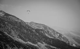 2016, Albanie, parc national de Llogara, parapentiste au-dessus de passage de Llogara Comté de Vlore Photos libres de droits