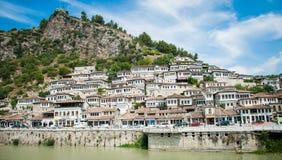 Albanien 2016 Berat - Stadt von tausend Fenstern, schöne Ansicht der Stadt auf dem Hügel zwischen vielen Bäumen und blauen Himmel Stockfotografie