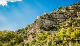 Albanien 2016 Berat - Stadt von tausend Fenstern, schöne Ansicht der Stadt auf dem Hügel zwischen vielen Bäumen und blauen Himmel Lizenzfreie Stockfotos