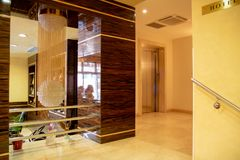 ALBANIEN FIER - FEBRUARI 2, 2015: Lyxig lobbyinre, hotell Fieri royaltyfri foto