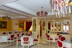 ALBANIEN FIER - FEBRUARI 2, 2015: Restauranginre, del av det Fieri hotellet arkivbild