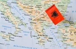 Albanien flaggastift på översikt Royaltyfria Bilder