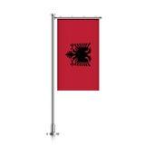 Albanien-Flagge, die an einem Pfosten hängt Stockfoto