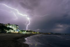 albanien Golem Abendstrand während eines Sturms mit Blitz Stockfoto