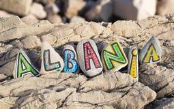 Albanien inskrift som är ordnad med målade bokstäver på stenarna Arkivfoto