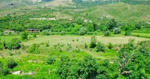 Albanien-Landschaft; Üppiges grünes Ackerland und Wald Stockfoto