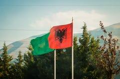 2016 Albanien, Llogara nationalpark, Llogara passerande albania flagga Royaltyfri Bild