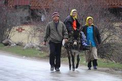 Albanien medborgare som säljer potatisar i Kosovo arkivbilder