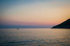 Albanien-Sonnenuntergang 2016 auf dem Strand Schöne Nachmittagssonne, die hinter Horizont sich versteckt Stockfotos