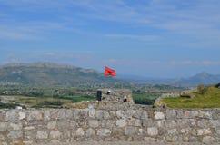 Albanische rote Fahne mit einem schwarzen doppelköpfigen Adler an der Festung von Rozafa Shkodra, Albanien Lizenzfreie Stockbilder