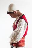 Albanischer Junge im traditionellen Kostüm, das angekleidet erhält Lizenzfreie Stockbilder