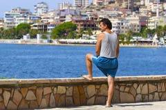 Albanischer Mann und Panorama von Saranda, Albanien lizenzfreie stockfotografie