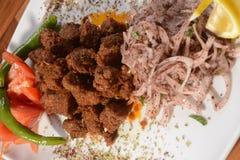 Albansk lever, ett traditionellt turkiska kryddade lams lever arkivfoton