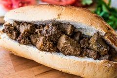 Albansk leversmörgås med tomater och lökar/Arnavut Cigeri arkivfoton